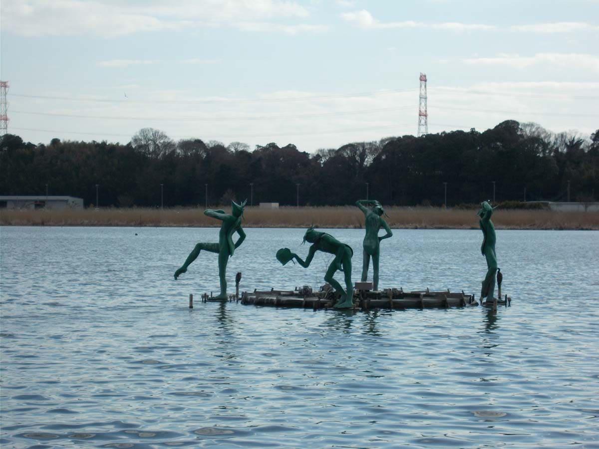 湖に浮かぶカッパの像