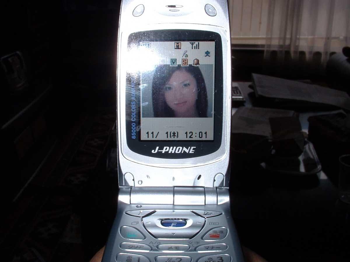 銀色の携帯電話