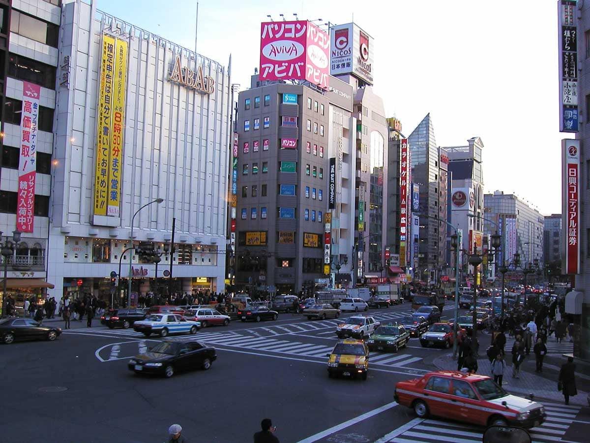 夕暮れ時の上野の街