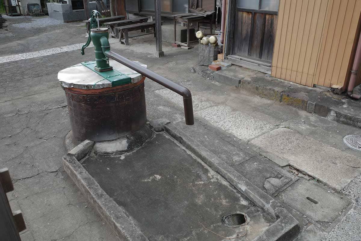 昔ながら井戸を汲むポンプ