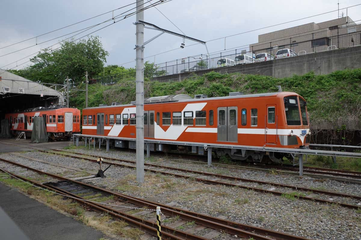 停車中のオレンジ色の電車