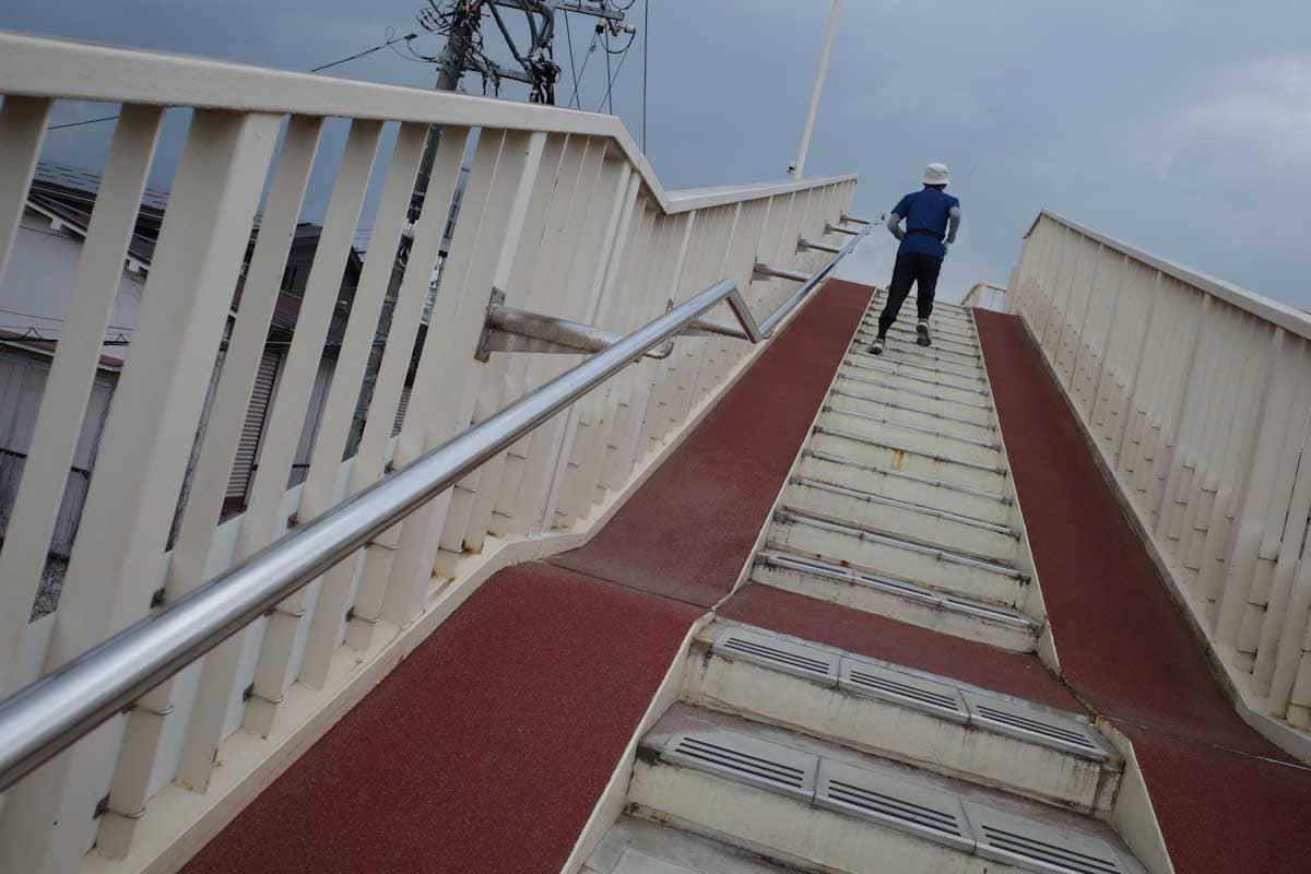 陸橋の階段を上る男性