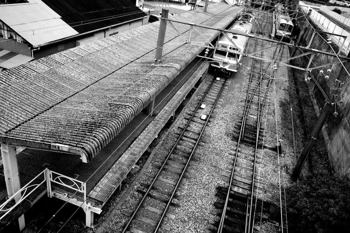 駅のホームで停車する電車