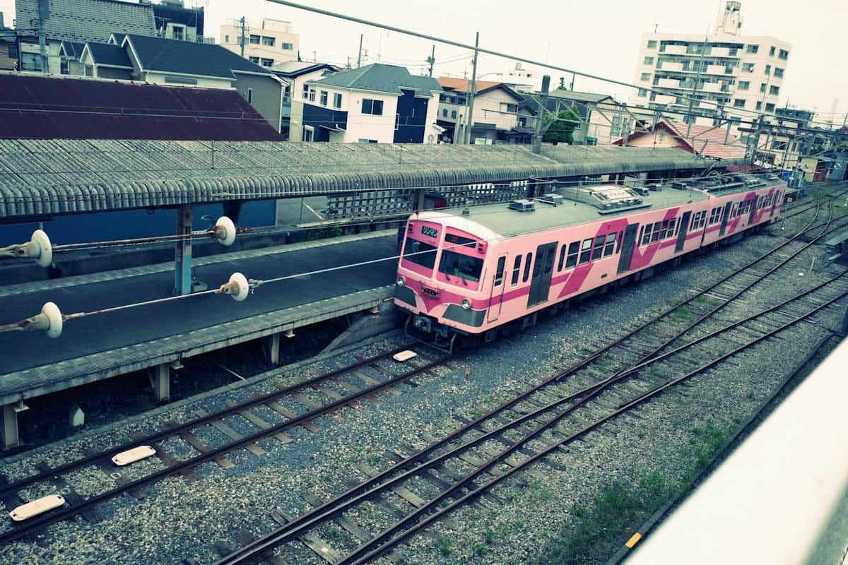 発車待ちのピンクの電車