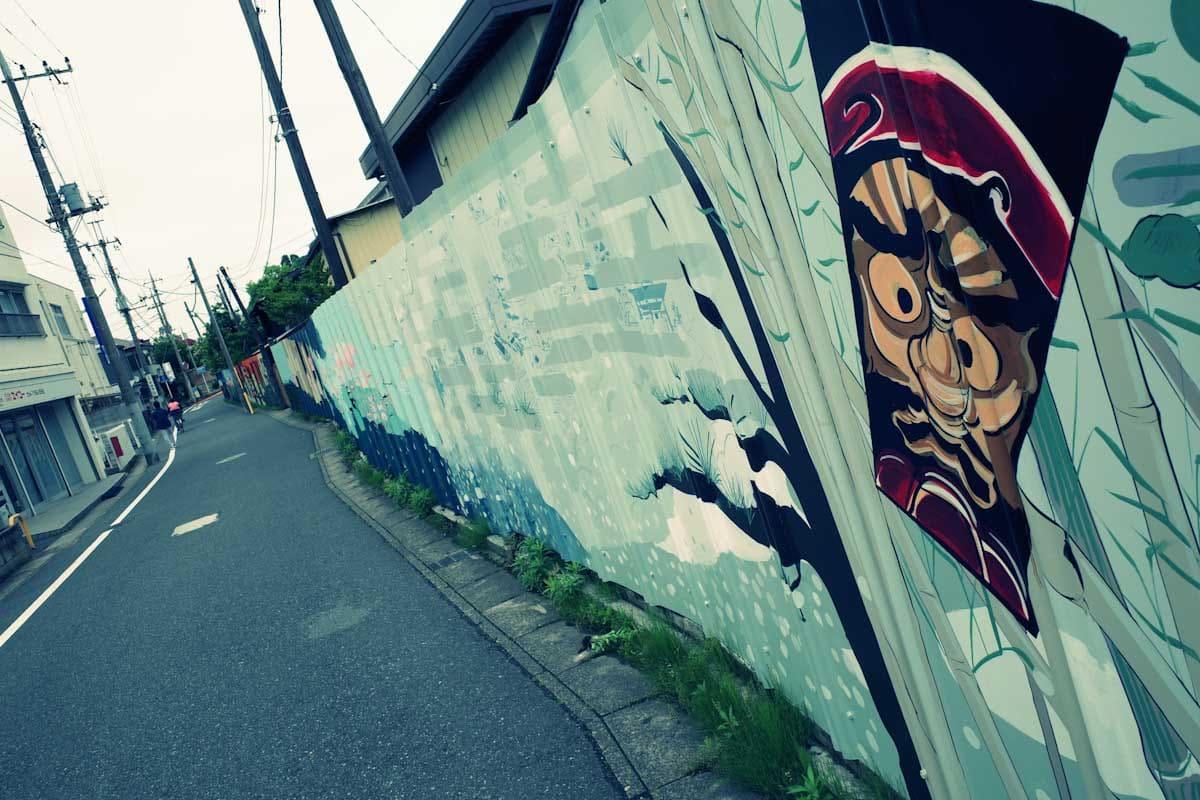 絵が描かれた壁と一本道