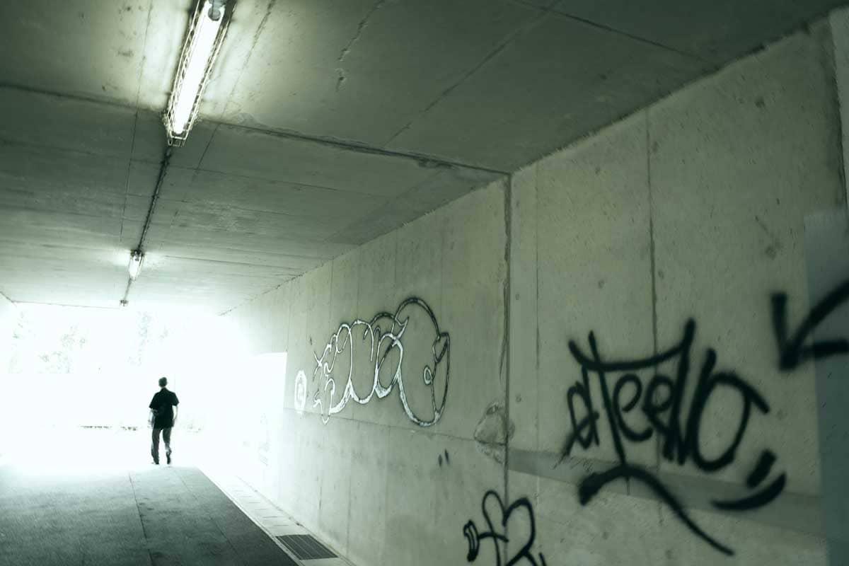 トンネルの中を歩く男性