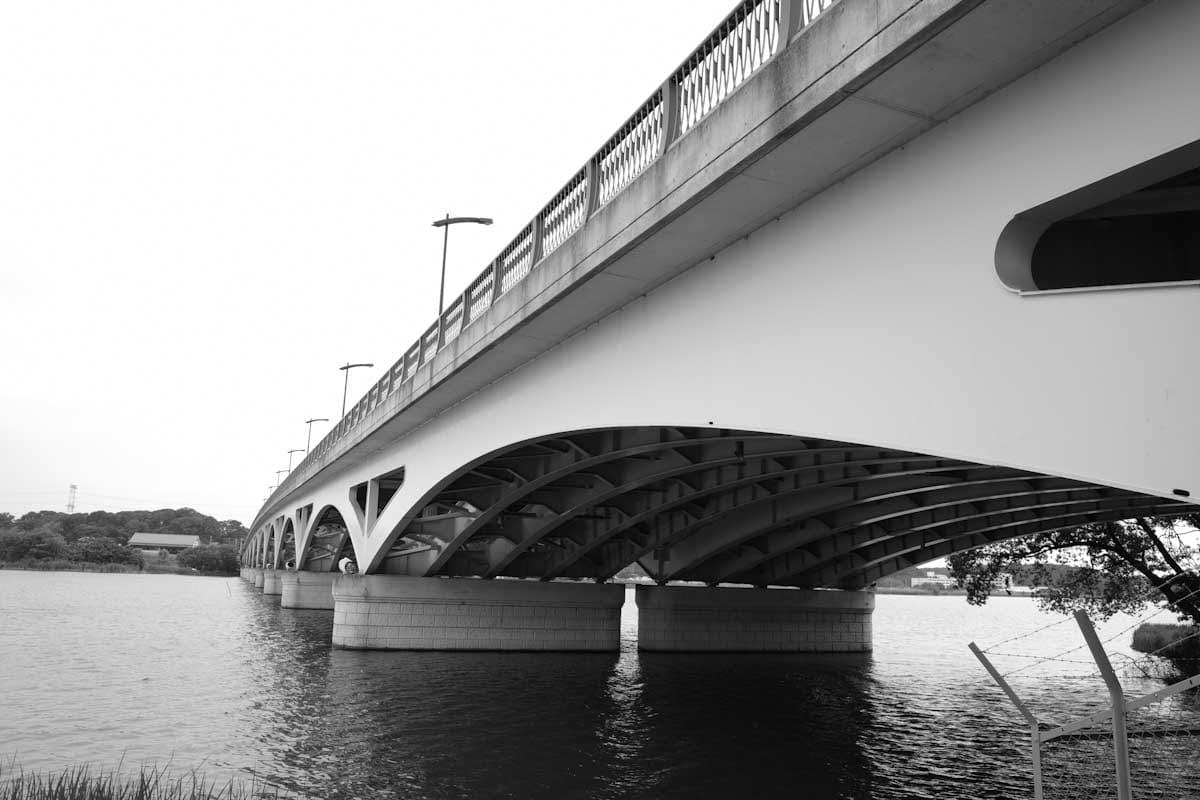 モノトーンで撮影した橋