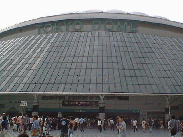 正面から見た東京ドーム