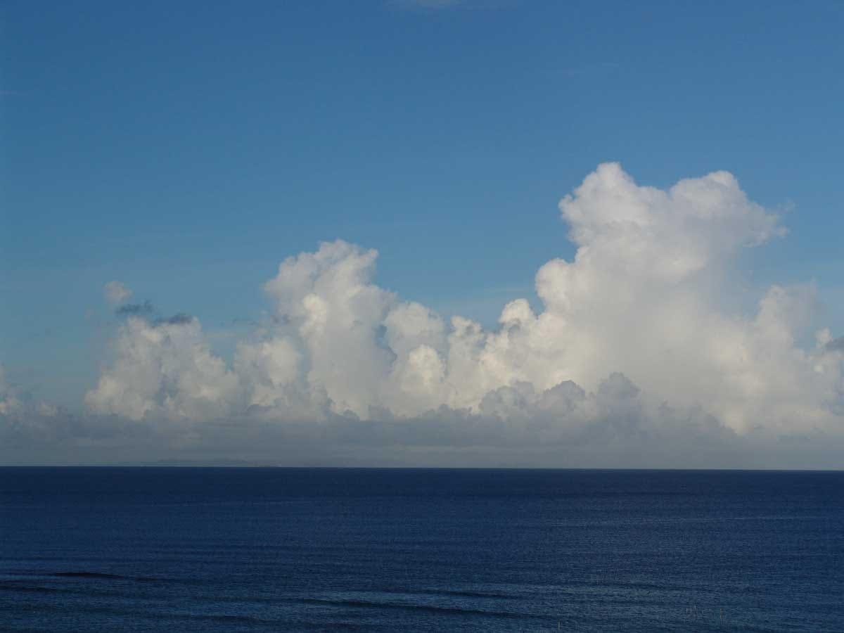 入道雲と海