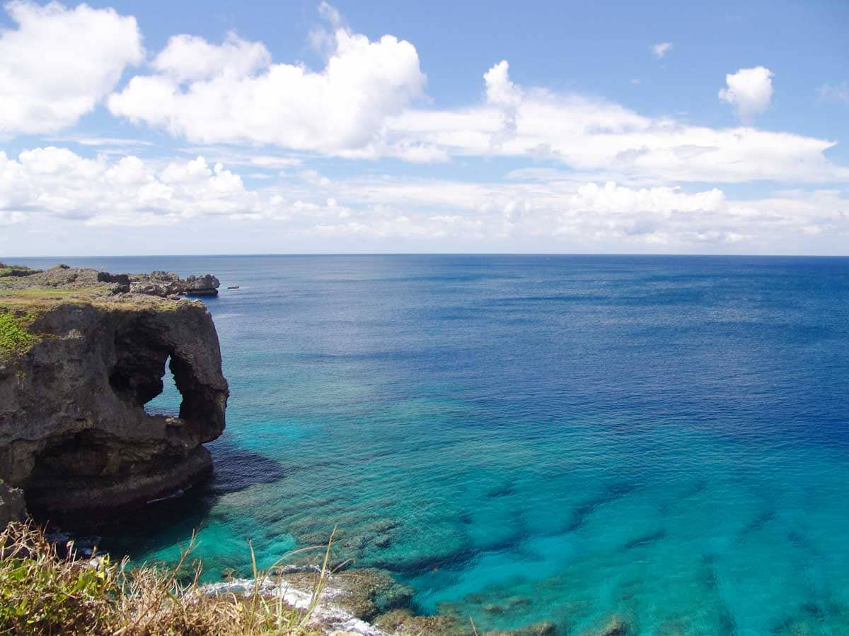 青く輝く綺麗な海