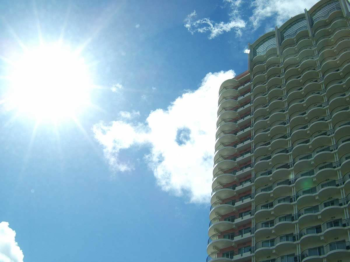 太陽に照らされるホテル