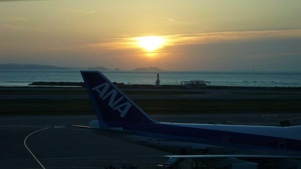 夕日と待機する飛行機