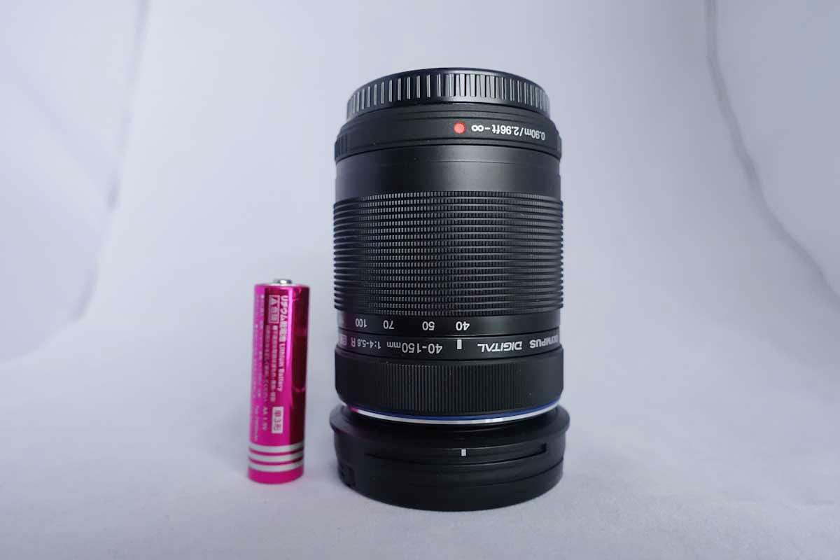 単三電池と望遠レンズで大きさの比較