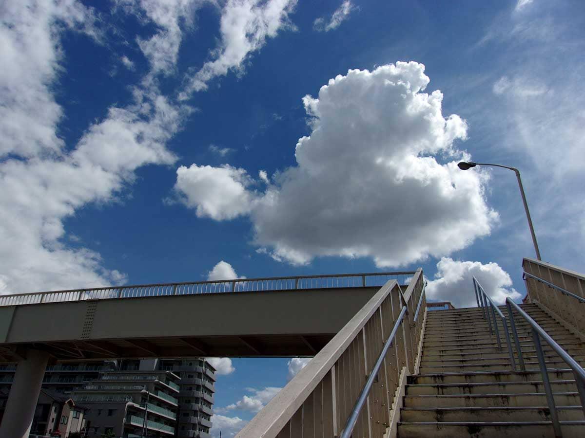 陸橋から眺めた空