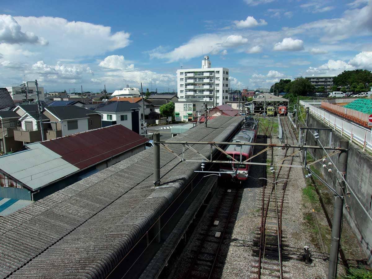 赤い電車が停まる駅のホーム