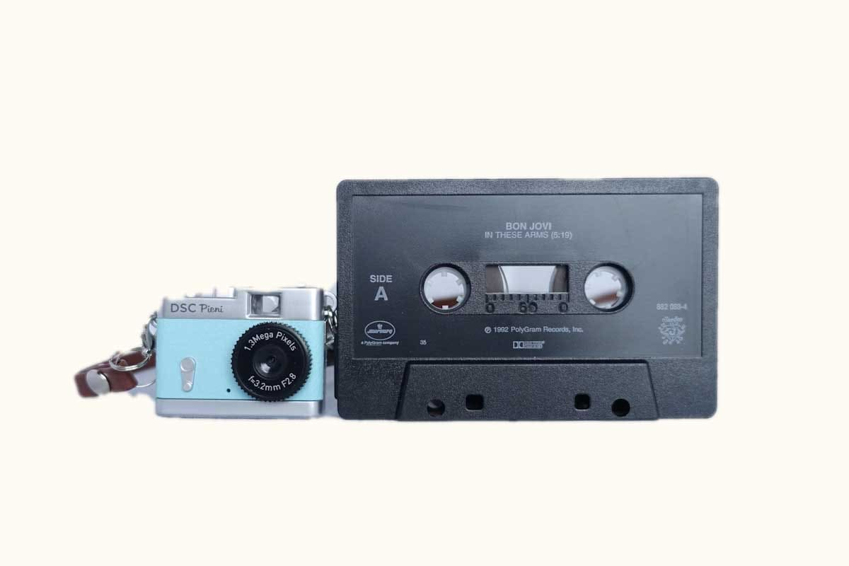 pieniカメラとカセットテープ