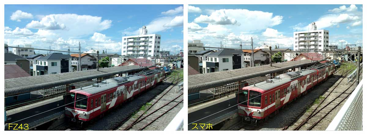 駅のホームで停車中の赤い電車