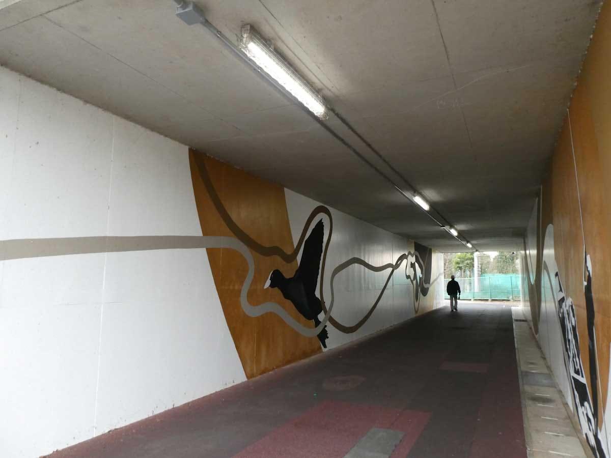 明かりがついた短いトンネル