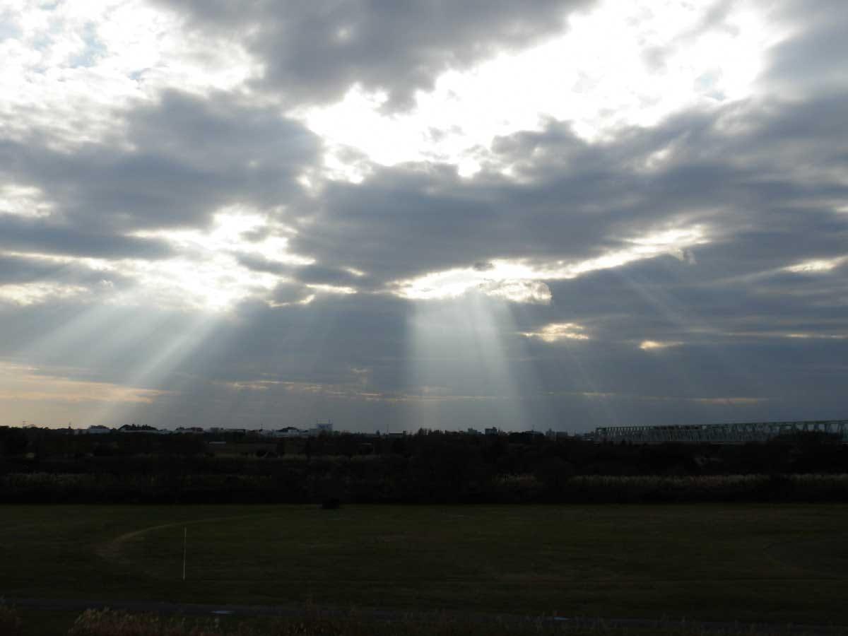雲から見える光芒