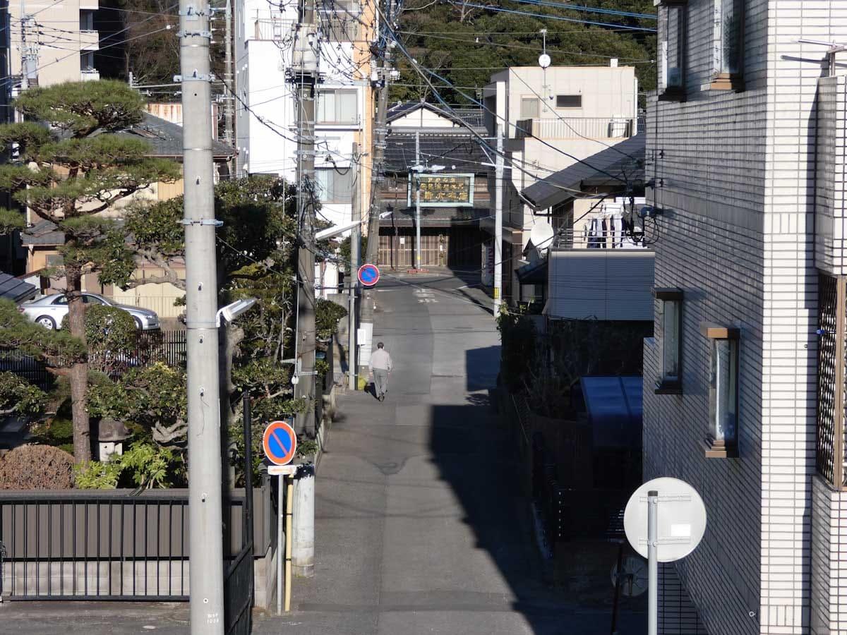 土手から見た街の道